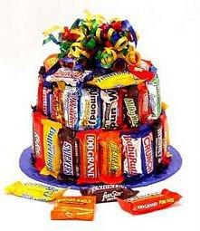 Kreatywny tort urodzinowy z batonów