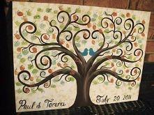 Świetny pomysl na księgę gości - drzewo z odciśniętymi palcami i podpisem przyjaciół. Genialne!