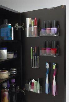 pojemniki na kosmetyki w szafce.