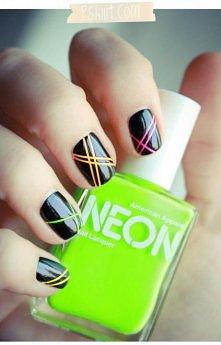 paznokcie czarne w paseczki / neonowa zieleń