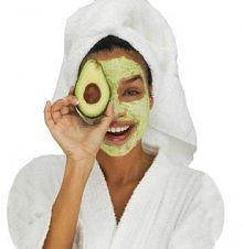 Weź owoc awokado lub banana i rozgnieć go na miazgę. Następnie dodaj łyżeczkę...