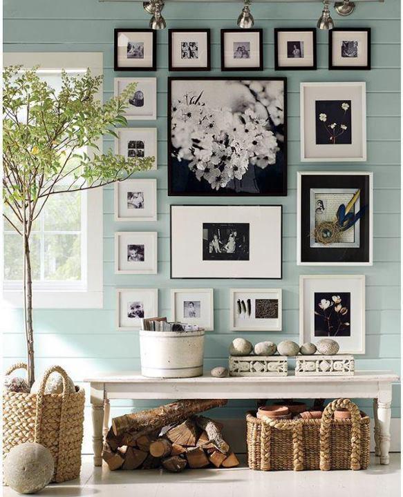 ściana ze zdjęciami.