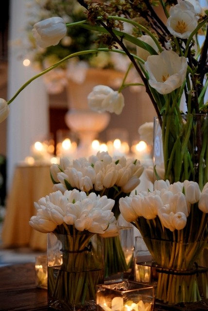 kwiaty w wazonach i świeczki :)