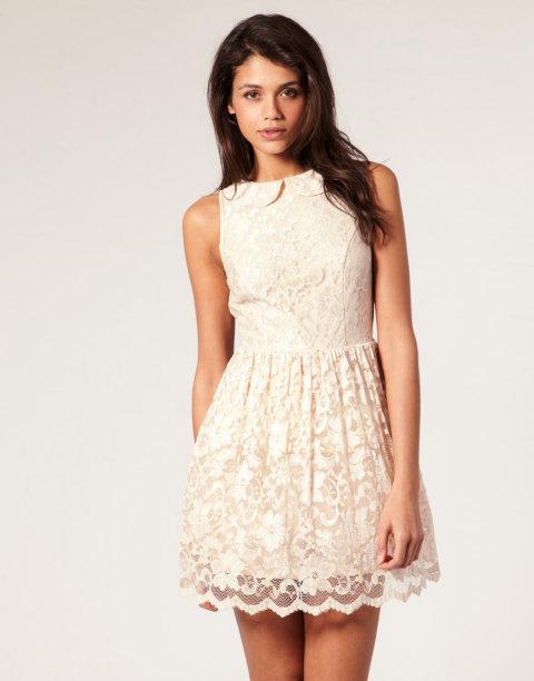 Delikatna koronkowa sukienka.