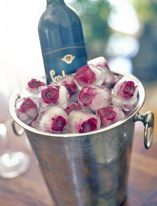 Róże w kostkach lodu do dekoracji stołu