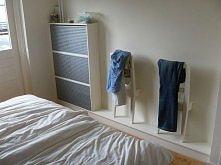 krzesło jako sposób na przechowywanie ubrań