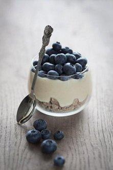 płatki, jogurt, owoce :)