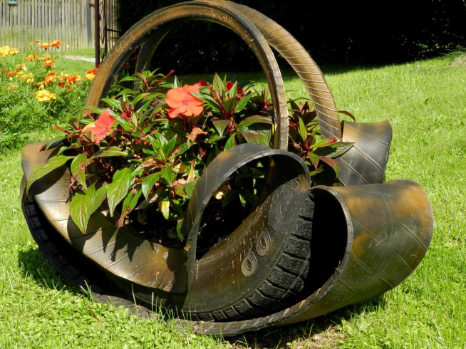 Przecięta Opona Jako Doniczka Dla Kwiatów Ogrodowych Na