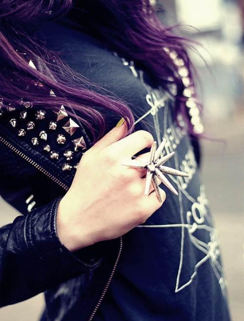 Ćwieki i fioletowe włosy. Szał :)