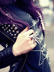 Ćwieki i fioletowe włosy. S...