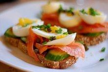 kanapki z łososiem i jajkiem