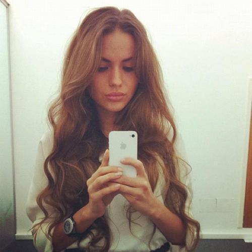 Bardzo podobają mi się długie włosy z rzadkimi falami na końcach. A Wy, co o tym sądzicie?:)