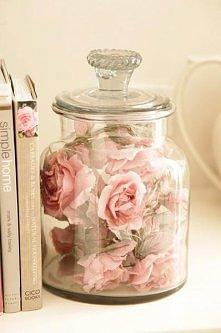 róże,hiszpański mech i  słoik z porywa