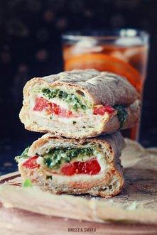 Ciabatta caprese z pomidorami, mozzarellą, bazylią i pesto. Przepis po kliknięciu w zdjęcie :)