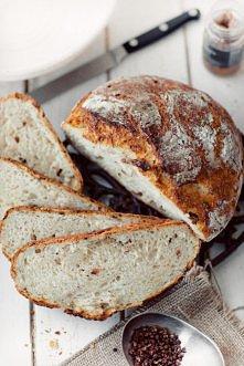 Chleb z grubą i chrupiącą s...