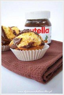 """muffinki z nutella <3  Do pieczenia zabieramy się jak do tradycyjnych muffinów. Potrzebne będą mokre składniki (2 """"rozbełtane jajka"""", 1/3 szklanki oleju i 1 szklank..."""