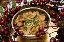 Składniki      1 kg kiszonej kapusty     20 dag suszonych grzybów     cebula     4 łyżki oleju rzepakowego     2 liście laurowe     sól, pieprz _________  Suszone grzyby zalać c...