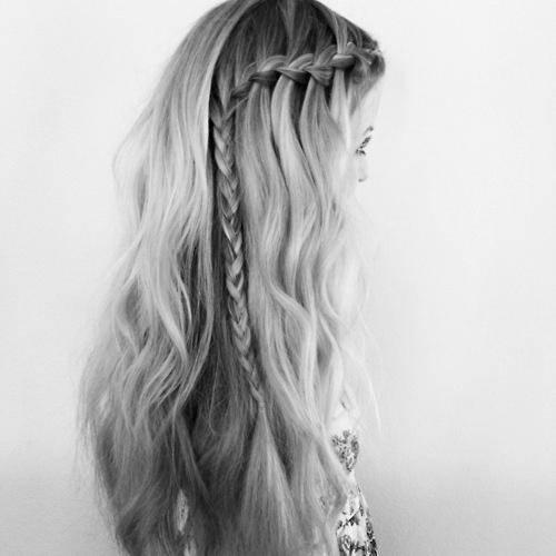 Ładny warkocz w rozpuszczonych włosach