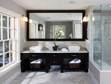 Brązowo-biała łazienka