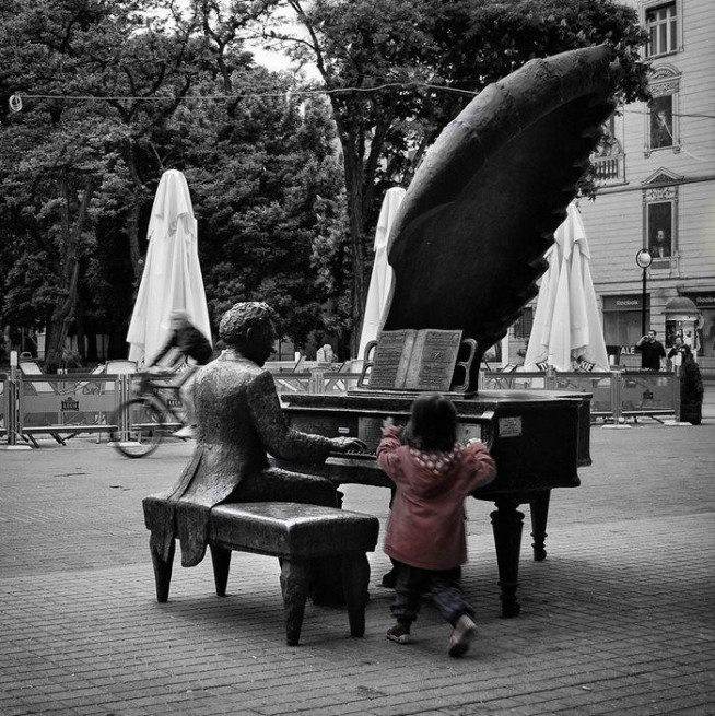 'Tylko w muzyce odnajduję coś absolutnie pięknego, nieopisywalnego, niewyrażalnego werbalnie, co porusza najdelikatniejsze i najczulsze struny duszy człowieka.'