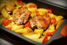 pyszne ziemniaki zapekane z kurczakiem i pomidorami