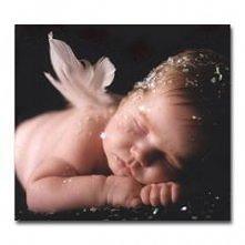 Mały aniołek z piórkiem