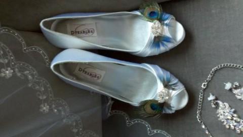 wystarczą pawie piórka i każde zwykłe buty stają się niezwyczajne