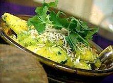 Składniki 1 dojrzały ananas, obrany i pokrojony na kawałki 2 garści liści kolendry, plus kilka kawałków gałązek do przybrania ½ szklanki cukru 3-4 łyżki wiórków kokosowych  Przy...