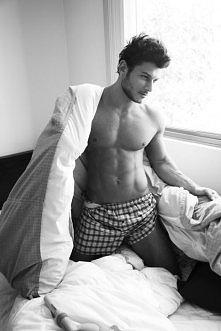 Kolejny przystojniak w łóżku