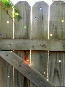 Potrzebne będą: - drewniany płot - wiertarka - szklane kulki  W płocie w...