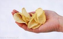Proste domowe chipsy. Potrzebne rzeczy: -ziemniaki, -obieraczka do warzyw, -s...