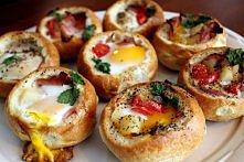 fajny pomysł na śniadanie:  buleczki szynka pomidor spinak cebulka zioła