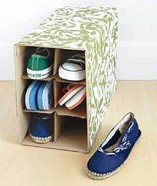 Ze zwykłego pudełka tekturowego mamy stojak na buty :) Pomysłowe i praktyczne :)