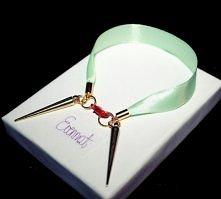 Klasyczna bransoletka z dwoma kolcami w kolorze złota i różowym karabinkiem zrobiona z pięknej miętowej wstążeczki.