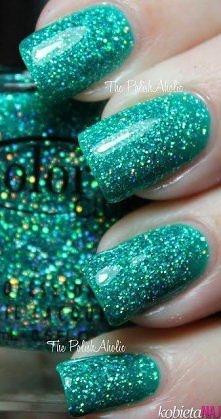 zieleń na paznokciach