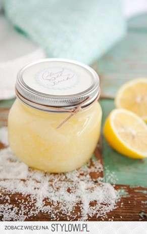 Cytrynowy scrub do ciała:  -łyżka soli morskiej  -łyżka oleju migdałowego  -łyzka startej skórki pomarańczy  -dwie łyżki startej skórki cytryny