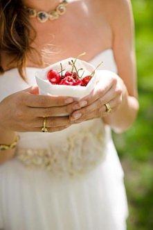 czerwony akcent na weselny stół