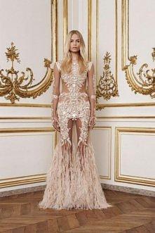 bogato zdobiona sukienka w ...