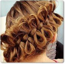Kokardki na włosach.