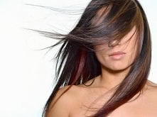 Kilka sprawdzonych i szeptanych przez elegantki na całym świecie trików jak pomóc swojej czuprynie:  Przed koloryzacją, aby uzyskać lepszą, trwalszą barwę nakładamy na włosy mas...