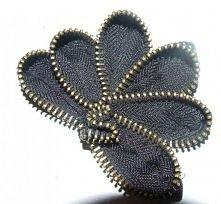 Czarna broszka z zamka