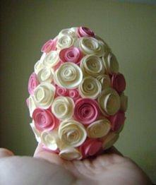 Styropianowe jajko oklejane różyczkami z papieru:)