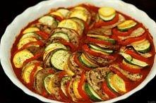 Przepis na ratatouille! 1 bakłażan 1 mała cukinia 2 dojrzałe pomidory 1 spora słodka cebula 2 ząbki czosnku 1 czerwona papryka 50 ml białego wytrawnego wina olej i masło do smaż...