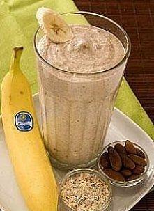Bananowy shake na śniadanie ;) 2x banana 2x ice 1/2 szkl greek jogurt(with honey?) 1/2 szkl płatków owsianych 1/3 szklanki migdałów