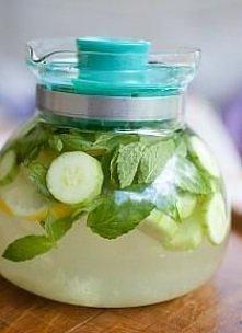Zadbaj o ciało od wewnątrz:  2litry wody, średni ogórek, cytryna, ok.12 listków świeżej mięty. Najlepiej pozostawić w lodówce na noc.