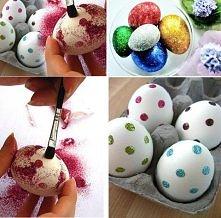 brokatowe jajca:) wystarczy klejem namalować wzorki jakie chcemy uzyskać na jajku (tutaj kropki)lub wyciąć je z dwustronnej taśmy klejącej, nanieść na jajko i obsypać brokatem. ...