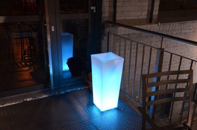 Świecąca donica LED - Działa na pilota, za pomocą którego można zmieniać kolory oraz tryby świecenia. Dostępna na LEDco.pl