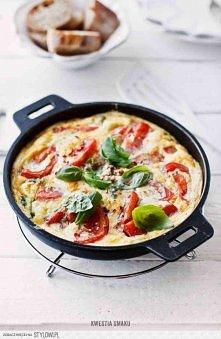 Frittata Caprese - Przepis Składniki, 2 porcje (na małą patelnię o średnicy około 20 cm):   • 2 pomidory • sól morska i świeżo zmielony czarny pieprz • 1 łyżka octu balsamiczneg...