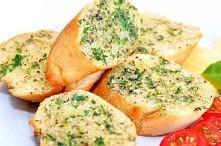 Grzanki z masłem czosnkowo - ziołowym Składniki:  1 bagietka pół kostki masła...