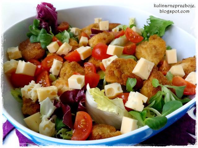 Blog Kulinarne przeboje : Sałatka z nuggetsami, serem, pomidorkami i mixem sałat